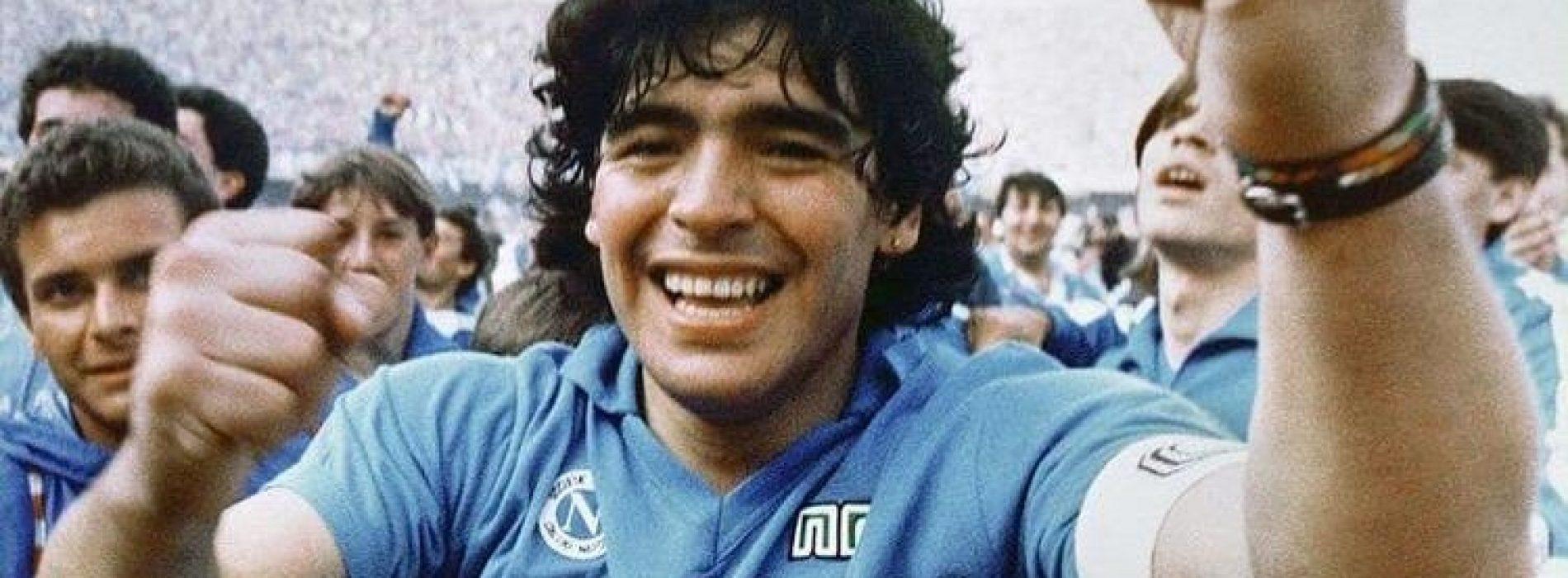 """Morte Maradona, il Napoli: """"Ora è il momento delle lacrime"""""""